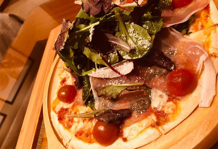 生ハムとハーブ野菜のサラダピザ