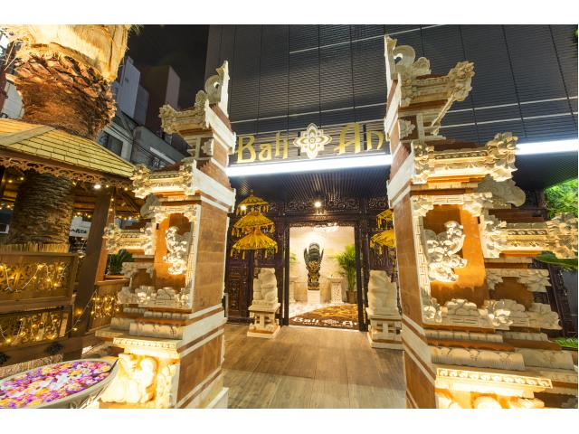 バリの職人さん手作りの割れ門と、ガゼボ(あずまや)や大きなヤシの木が特徴のメインエントランスです。