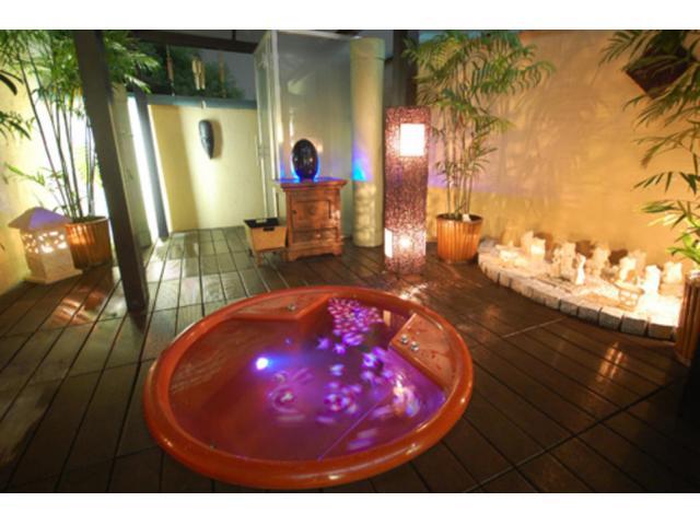 星空の下の貸切り露天風呂(人工温泉)露天風呂で星や月を見ながらロマンティックにお過ごし下さい。