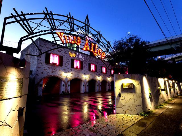 隣接しておりますワンガレージタイプの系列店「ヴィラ・アリス」、高級ラグジュアリーホテル「ホテル・デジ...