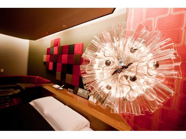 303号室:オブジェのような照明が空間を彩る!
