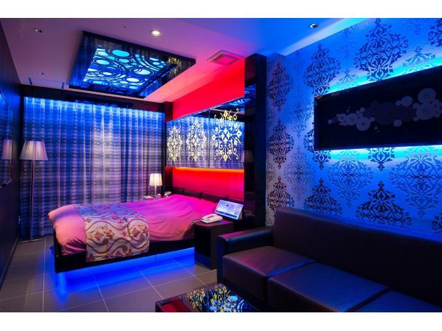 115号室:ピンクとブルーが放つ妖艶さとスタイリッシュ感を合わせ持ったゲストルーム