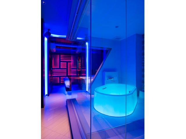 206号室:妖艶なムード漂う鮮やかなライティングが印象的なバスルーム