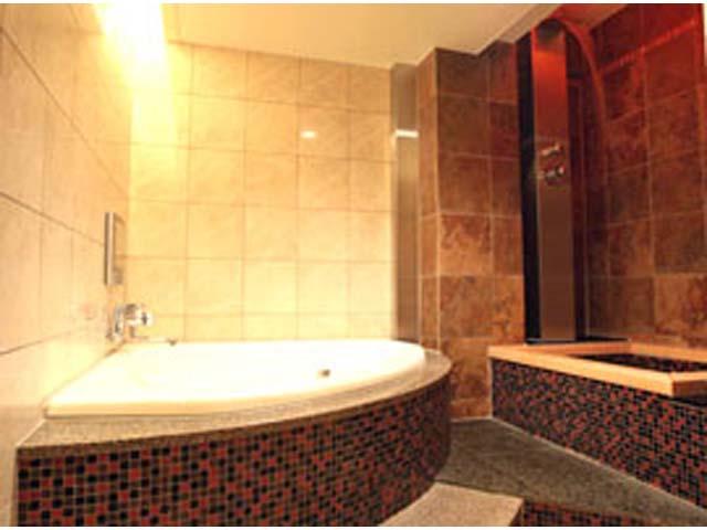 305 打たせ湯が楽しめる広々としたお風呂