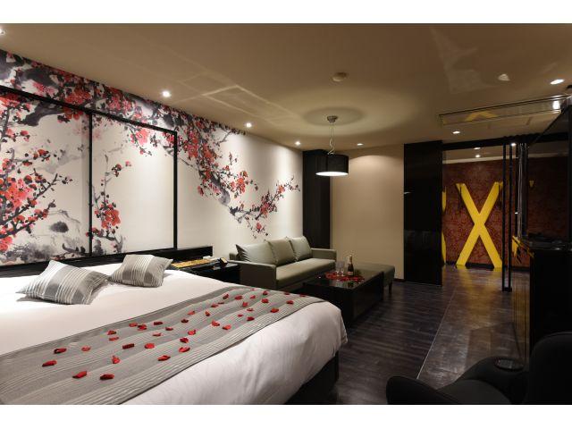 206号室 壁一面の梅花♪ダイナミックな和風ルームでお二人の雰囲気を盛り上げます♪