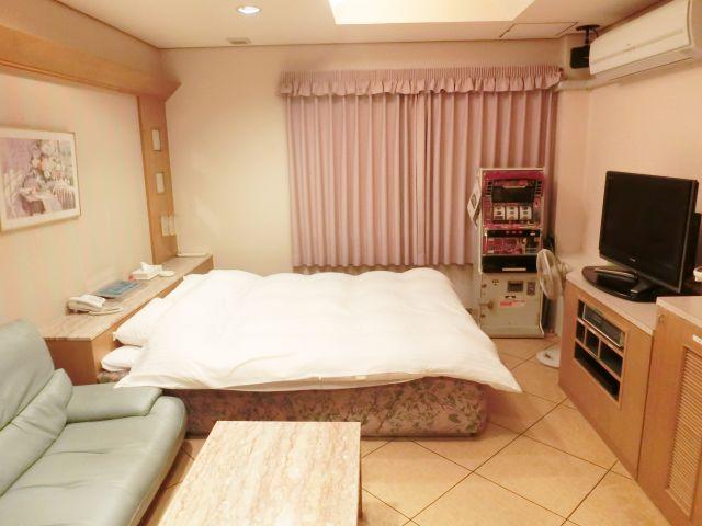 101号室 広々したベッド&ソファーでゆっくり寛げます。