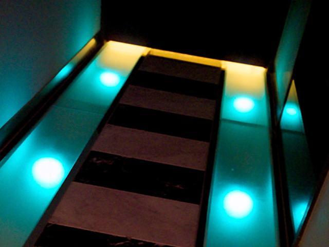ファンタジア206 入り口が室内へと続く光の道
