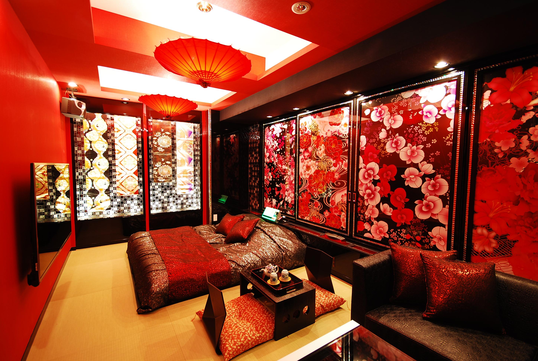 703花魁部屋…レイヤーさん人気の特に高いお部屋。黒と赤で構成されていて、お部屋の壁も背景として映えます!