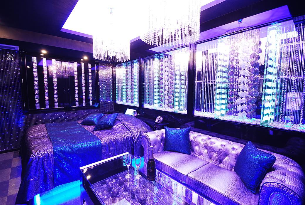 402クリスタルスカル…こちらも502号室同様なかなかないデザインです。青くて透明感のあるモチーフやドクロがあるお部屋なので、クールな印象のキャラにピッタリ!