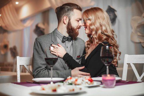 食事をする男性と女声